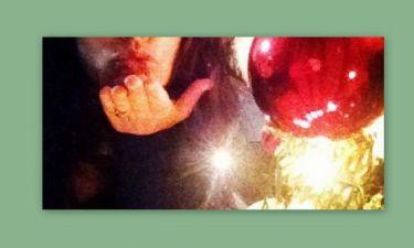 Μαρία Κορινθίου: Στέλνει τα φιλιά της ποζάροντας δίπλα στο χριστουγεννιάτικο δέντρο!