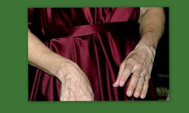 Κι όμως αυτά τα χέρια δεν ανήκουν σε ηλικιωμένη γυναίκα