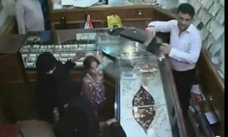 Απίστευτο! Η στιγμή που μία 6χρονη κλέβει 133.000 δολάρια από χρυσοχοείο (βίντεο)