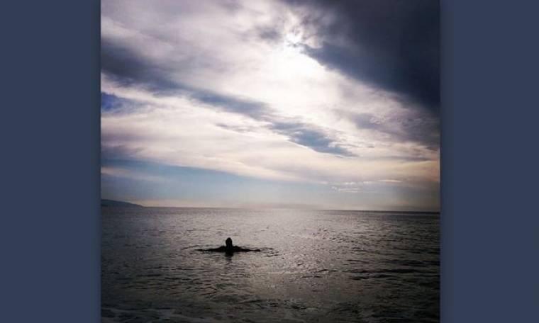 Ποιος επώνυμος βούτηξε σήμερα στην θάλασσα;
