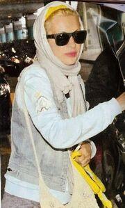 H Μενεγάκη επέστρεψε από τις Μαλδίβες και έβαλε ξανά μαντήλα στο κεφάλι της! (φωτό)