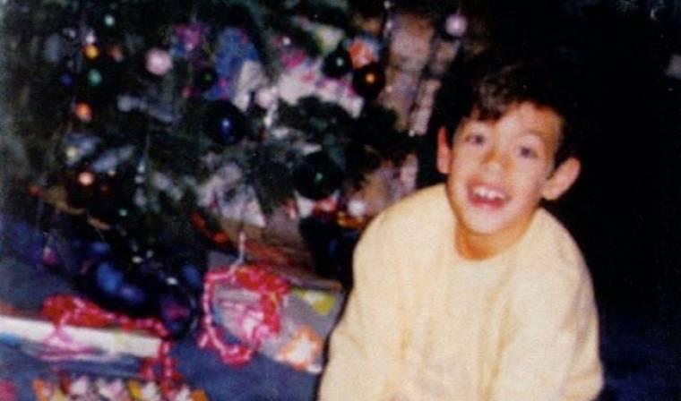 Ποιο είναι το παιδάκι που ανοίγει το δώρο του με τέτοια χαρά;