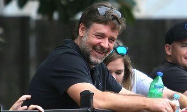 Επιτέλους! Ο Russell Crowe χαμογελά! (φωτογραφίες)