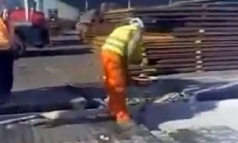 Έτσι στρώνουν τα πεζοδρόμια στην Ουκρανία (βίντεο)