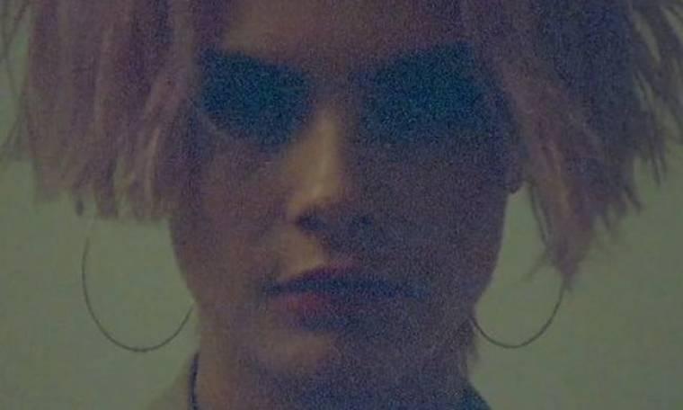 Η Cara Delevingne γδύνεται on-camera (video)