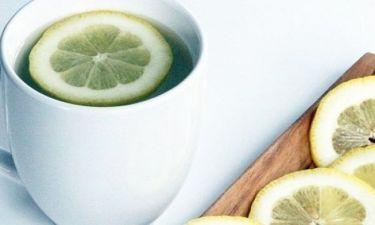 Γιατί είναι καλό να πίνουμε ζεστό νερό με λεμόνι το πρωί;
