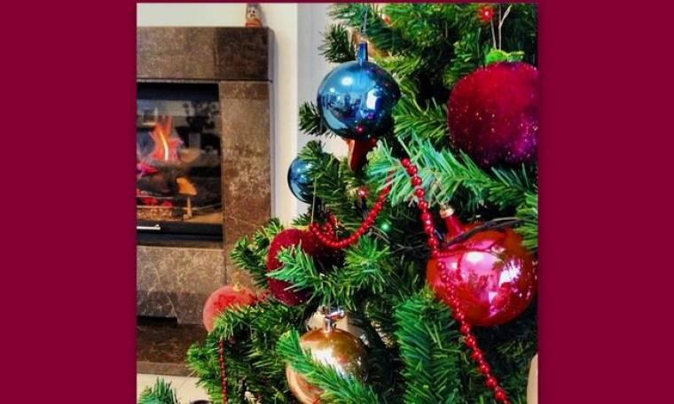Αποχαιρετά το χριστουγεννιάτικο δέντρο της η Χριστίνα Αλούπη