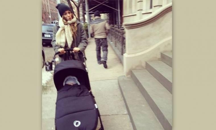 Σοφία Καρβέλα: Βόλτες με τον γιο της στην κρύα Νέα Υόρκη