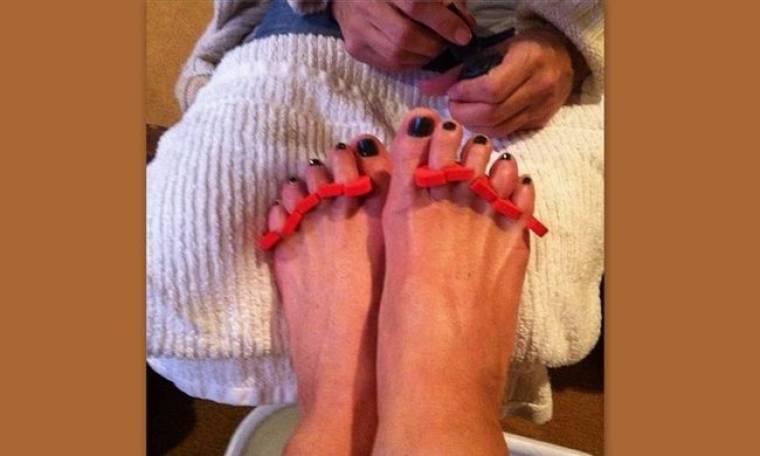 Φαντάζεστε σε… ποιον ανήκουν αυτά τα πόδια με το τέλειο πεντικιούρ;