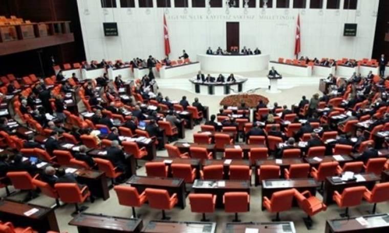Γροθιές μεταξύ βουλευτών στην τουρκική βουλή