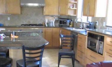 Απίστευτο βίντεο! Πανέξυπνος σκύλος «κλέβει» φαγητό από τον φούρνο!