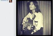 Αναγνωρίζετε την τραγουδίστρια της φωτογραφίας στα πρώτα της βήματα;