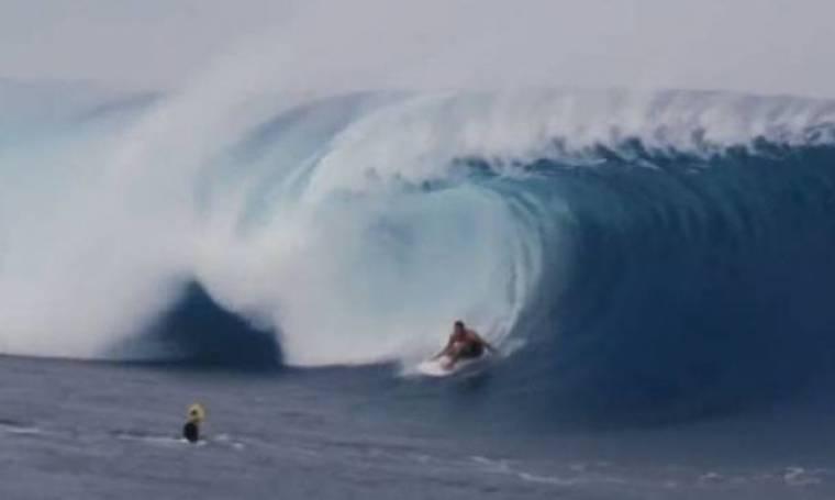 Πελώρια κύματα «καταπίνουν» σέρφερς! (βίντεο)
