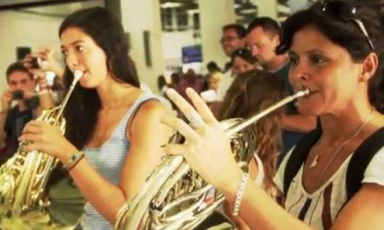 Ισπανική ορχήστρα ξεσήκωσε το «Νίκος Καζαντζάκης» - Χόρεψαν συρτάκι