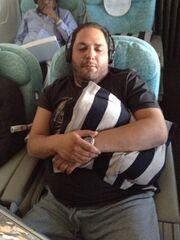 Ποιος γνωστός τραγουδιστής αποκοιμήθηκε αγκαλιά με το μαξιλάρι του μέσα στο αεροπλάνο;