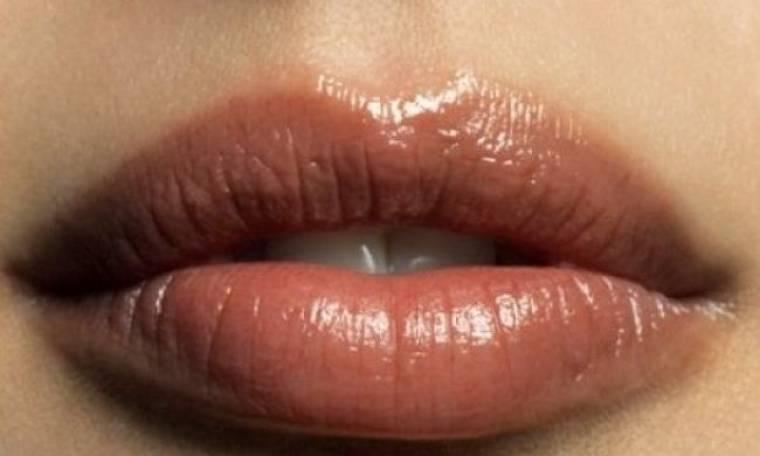 Θέλετe σαρκώδη χείλη αλλά η φύση δεν σας έχει προικίσει; Με 4 απλά βήματα θα τα αποκτήσετε