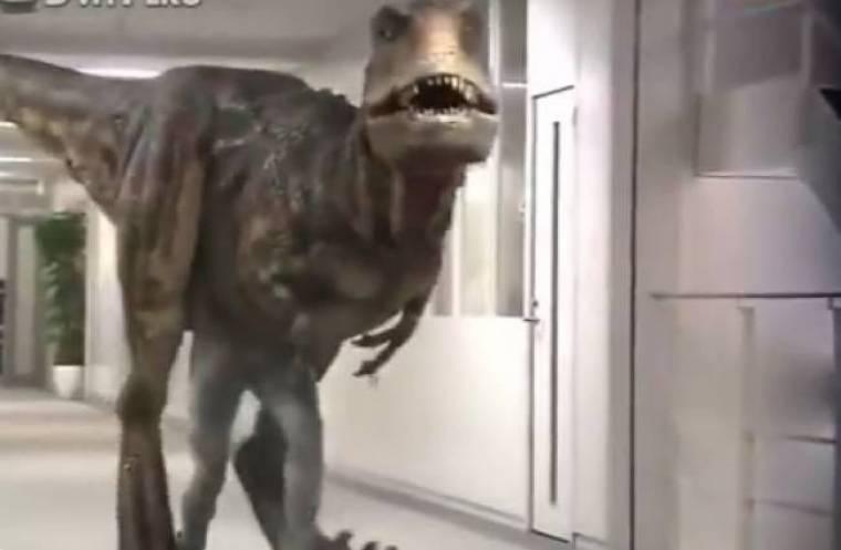 Απίστευτη φάρσα με πρωταγωνιστή έναν δεινόσαυρο! (video)