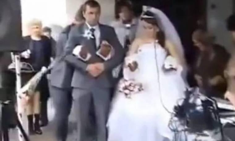 Πήγε στο γάμο... ουρανοκατέβατος! (βίντεο)