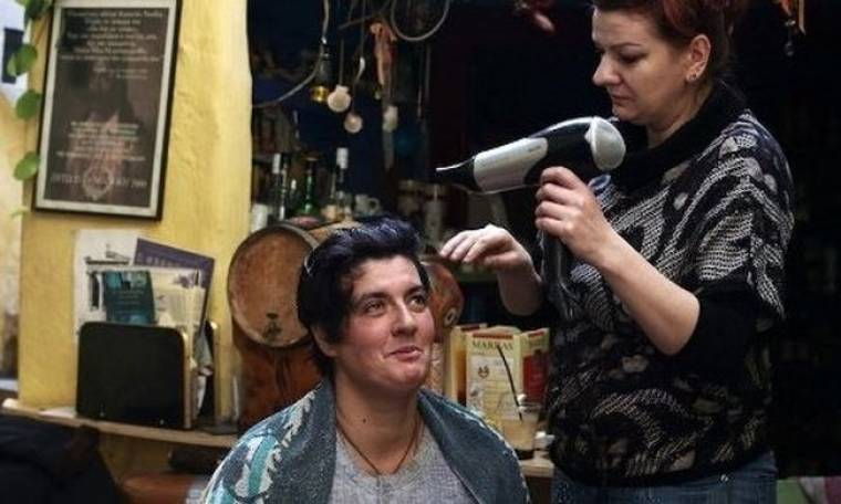 Κομμώτρια- άνεργη καθαρίστρια, βάφει τα μαλλιά των αστέγων δωρεάν
