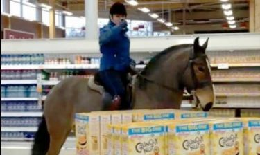 Βίντεο που σαρώνει: 21χρονη μπήκε στο σούπερμαρκετ με το... άλογό της