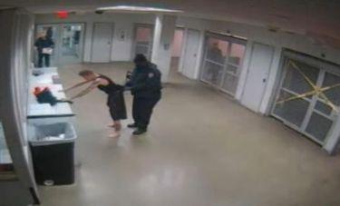 Οι αστυνομικοί  «γδύνουν» τον Τζάστιν Μπίμπερ