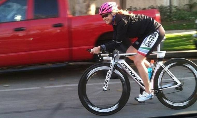 Πρωταγωνίστρια «θρυλικής σειράς» το έριξε στην ποδηλασία!
