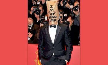 Εμφανίστηκε στο κόκκινο χαλί με χάρτινη σακούλα στο κεφάλι!