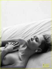 Η τόπλες Miley Cyrus, η αισθησιακή Miranda Kerr και άλλες διάσημες σε σέξι πόζες στο κρεβάτι τους!