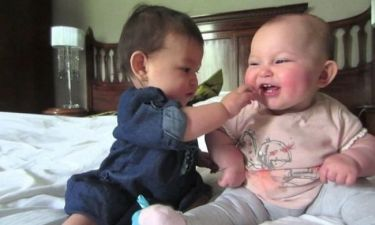 Όταν δύο μωρά προσπαθούν να συνεννοηθούν εμείς το απολαμβάνουμε! (βίντεο)