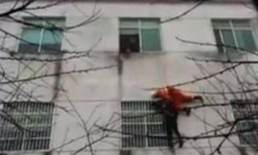 Βίντεο: Πυροσβέστης σώζει στον αέρα επίδοξη αυτόχειρα