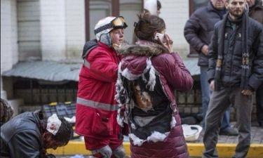 Σοκαριστική φωτογραφία! Καμένη πλάτη διαδηλώτριας στο Κίεβο!