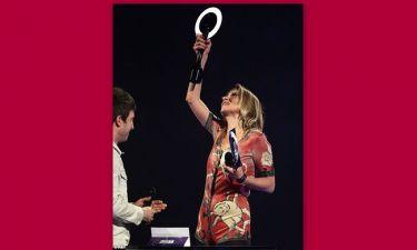 Η Kate Moss έβαλε το κουστούμι του Bowie και πήρε το βραβείο του στα «Brit Awards»