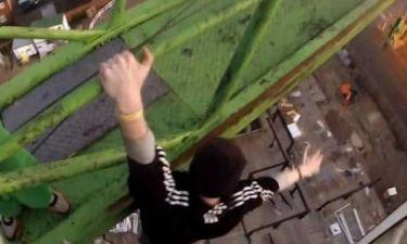 Τρομακτικό βίντεο: Έφηβοι κρέμονται πάνω από τη γέφυρα του Λονδίνου!
