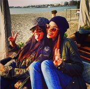 Καφεδάκι δίπλα στη θάλασσα για τις αδερφές Λαζοπούλου