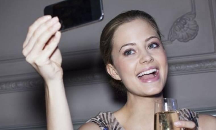 Πυρετός το σαββατόβραδο με τα τέλεια selfies! Τρικς για να βγαίνεις κούκλα!
