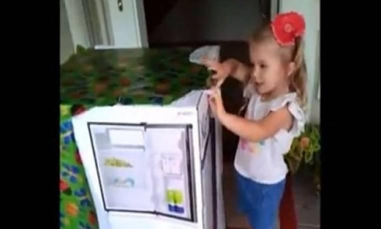 Συγκίνηση: Άνοιξε το κουτί και βρήκε δώρο τον μπαμπά που της έλειπε! (βίντεο)