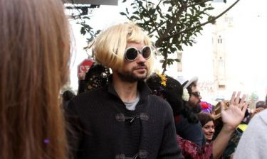 Έβαλε ξανθιά περούκα και γυαλί και πήγε στο καρναβάλι του Μεταξουργείου