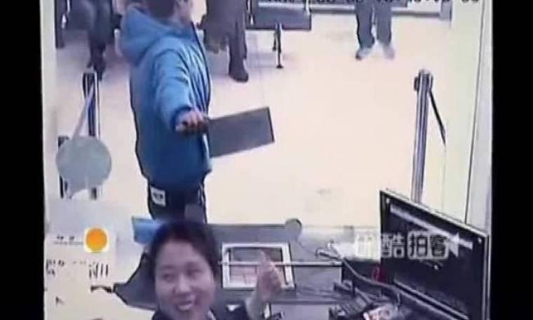 Βίντεο: Ληστής εισβάλλει με μπαλτά σε τράπεζα και η υπάλληλος...