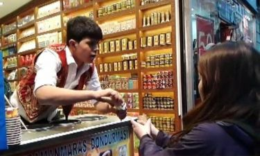 Κων/πολη: Ο μικρός «ταχυδακτυλουργός» που πουλάει παγωτά (vid)
