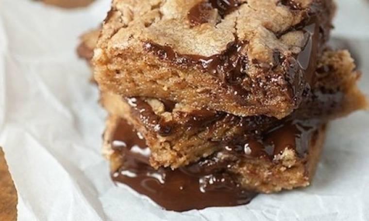 Σκέτη σοκόλαση: Cookie bars με μαύρη σοκολάτα που θα σας τρελάνουν