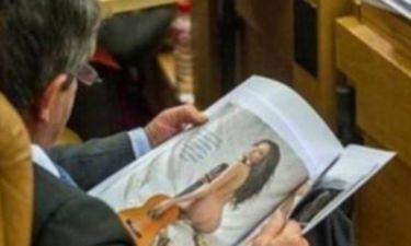 Έβλεπε μέσα στο Κοινοβούλιο... φωτογραφίες με γυμνές! (pics)