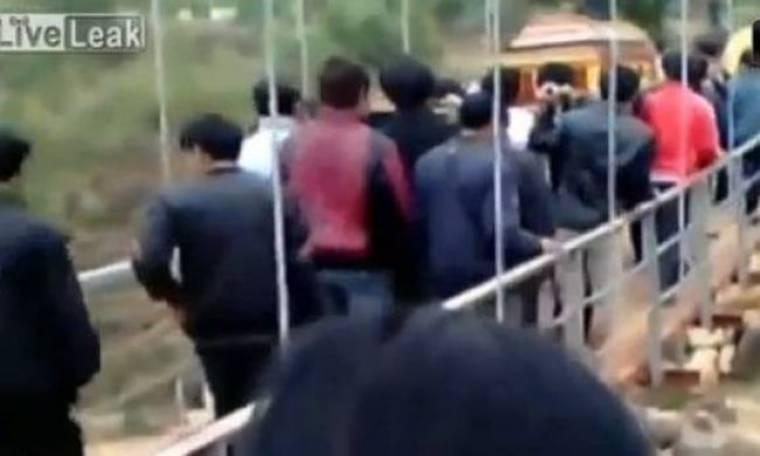 Γέφυρα κατέρρευσε την ώρα που περνούσε πομπή κηδείας...(Video)