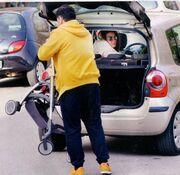 Γρηγόρης Αρναούτογλου: Μεσημεριανή βόλτα με τον γιο του