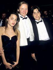 Oscars Flashback: Δείτε την Angelina Jolie στο κόκκινο χαλί της βραδιάς απονομής το 1988!