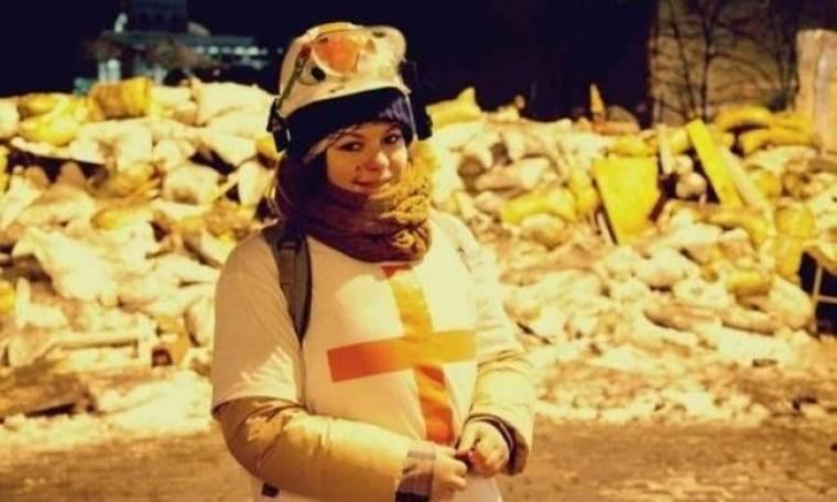 Διαδηλώτρια στην Ουκρανία δείχνει τη σφαίρα που δέχτηκε (pics)