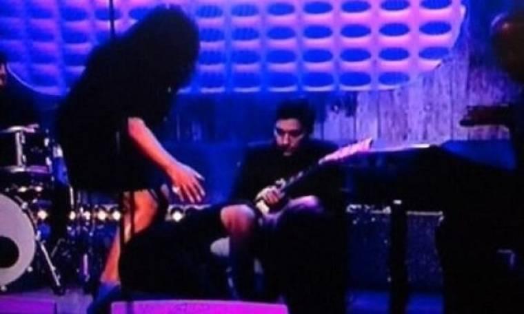 Ποια τραγουδίστρια κατέρρευσε επί σκηνής ενώ το κοινό συνέχισε να... χειροκροτάει;