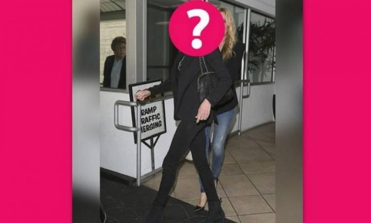 56 ετών και full αδύνατη: Σε ποια star ανήκουν αυτά τα… «πόδια-καλαμάκια»;