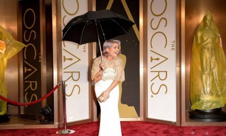 Όσκαρ 2014: Με την ομπρέλα στο κόκκινο χαλί η Kelly Osbourne