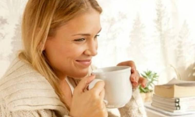 Η άσκηση που μπορείτε να κάνετε πίνοντας καφέ και θα σας χαρίσει τέλεια πόδια!