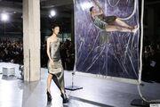 Απίστευτο! Σχεδιάστρια έκλεισε τα μοντέλα σε πλαστικό σε fashion show